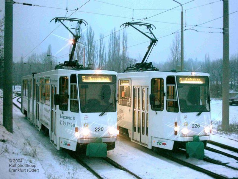Weiße Wagen im Schnee