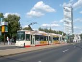 Niederflurwagen an der Haltestelle Zentrum